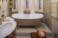 Interior clásico del cuarto de baño fotografía de archivo