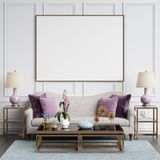 Interior clásico en colores en colores pastel con el marco en blanco en la pared Foto de archivo