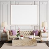 Interior clásico en colores en colores pastel con el marco en blanco en la pared Imagen de archivo libre de regalías