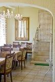 Interior clássico do restaurante imagens de stock royalty free