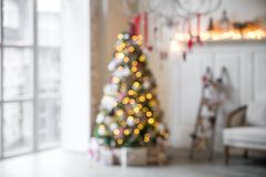 Interior clássico do White Christmas defocused foto de stock royalty free