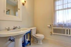 Interior claro simples do banheiro do tom Imagem de Stock Royalty Free
