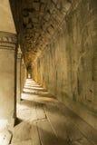 Interior com as colunas no templo antigo de Angkor Wat, Cambo foto de stock royalty free