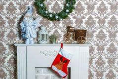 Interior com a chaminé pelo ano novo Imagens de Stock Royalty Free