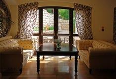Interior com mobília, espelho e janela foto de stock