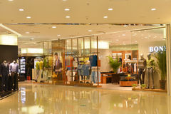 Магазины одежды в современном розничном торговом центре центризуют ¼ Œ interiorï здания ŒCommercial ¼ ï Стоковые Изображения RF