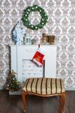 Interior con el árbol de navidad adornado y una chimenea por el Año Nuevo Foto de archivo