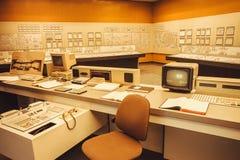 Interior con el sistema de seguridad informática y el panel de control de la central nuclear de Zwentendorf Foto de archivo