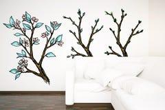 Interior con el sofá blanco y los árboles exhaustos libre illustration