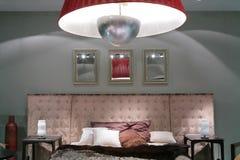 Interior con la cama lujosa foto de archivo