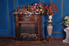 Interior con la chimenea y las flores Fotografía de archivo libre de regalías