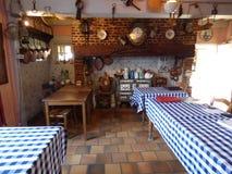 Interior con la estufa de una granja vieja foto de archivo