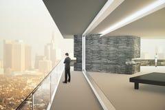 Interior con la opinión de la ciudad Imagenes de archivo