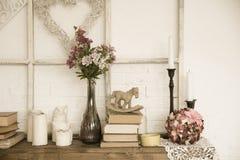 Interior con los libros, las flores y las velas Imagen de archivo