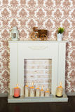 Interior con una chimenea hermosa y las velas Fotos de archivo libres de regalías