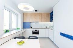 Interior contemporáneo de la cocina foto de archivo