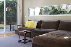 Interior contemporâneo do sofá da sala de estar Imagens de Stock Royalty Free