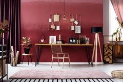 Interior cor-de-rosa do espaço de trabalho foto de stock royalty free