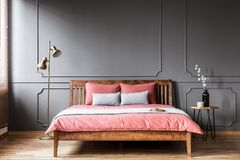 Interior cor-de-rosa e cinzento do quarto foto de stock