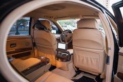 Interior costoso del coche fotos de archivo