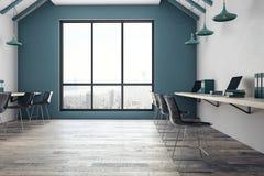 Interior coworking brilhante do escritório com opinião da cidade Imagens de Stock