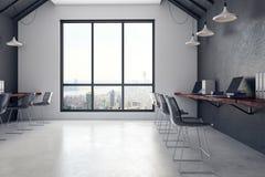 Interior coworking concreto do escritório com opinião da cidade Fotos de Stock
