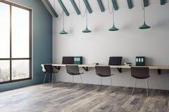 Interior coworking do escritório de Minimalistic com opinião da cidade Fotos de Stock Royalty Free