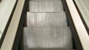Interior da alameda de compra Esvazie a escadaria da escada rolante moderna que abaixa vídeos de arquivo