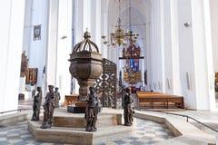 Interior da basílica de St Mary em Gdansk imagem de stock