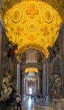 Interior da basílica de St Peter em Roma imagens de stock