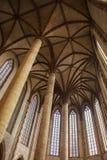 Interior da basílica de St Sernin em Toulouse, França imagem de stock royalty free