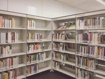 Interior da biblioteca Imagens de Stock