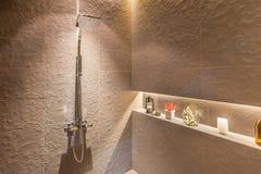 Interior da cabeça de chuveiro moderna no banheiro em casa Projeto moderno imagens de stock