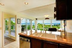 Interior da casa Área da cozinha com a sala de visitas da parede de vidro Imagens de Stock Royalty Free