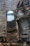 Interior da casa abandonada arruinada no lago Shiroka Polyana, Bulgária foto de stock royalty free