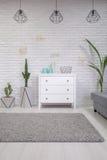 Interior da casa com armário branco imagens de stock royalty free