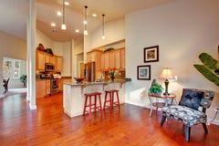 Interior da casa com teto alto Área da cozinha Fotografia de Stock Royalty Free