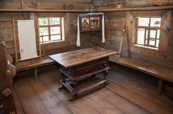 Interior da casa de madeira rural velha Fotos de Stock