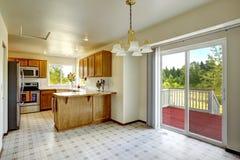 Interior da casa do campo Sala brilhante da cozinha com abandono dezembro Imagem de Stock Royalty Free