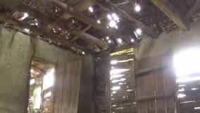Interior da casa, do teto, da porta e da janela velhos e abandonados video estoque
