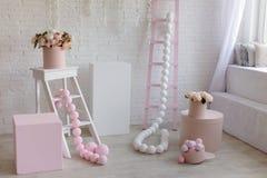 Interior da casa em tons cor-de-rosa e brancos Imagem de Stock