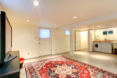Interior da casa Sala do porão com tevê e área laudry fotos de stock royalty free