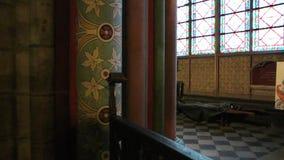 interior da catedral de velas e de turistas do Tesouraria de Notre Dame de Paris vídeos de arquivo