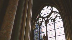 interior da catedral do vitral de Notre Dame de Paris filme