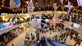 Interior da compra de Iulius Mall, Timisoara, Romênia video estoque