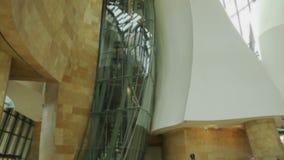 Interior da construção moderna, altura completa de paredes curvadas com eixo de vidro, museu vídeos de arquivo