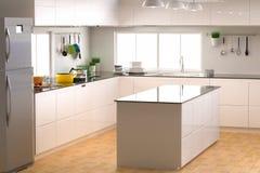 Interior da cozinha com contador vazio Fotografia de Stock Royalty Free