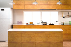 Interior da cozinha com contador vazio Foto de Stock