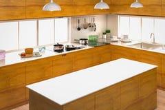 Interior da cozinha com contador vazio Imagem de Stock