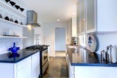 Interior da cozinha com partes superiores pretas do granito Imagem de Stock Royalty Free